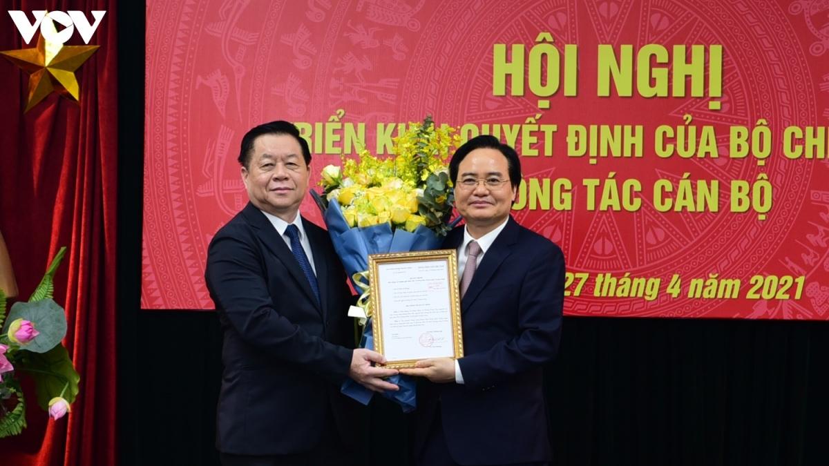 Trưởng Ban Tuyên giáo Trung ương - Nguyễn Trọng Nghĩa (trái) trao quyết định cho ông Phùng Xuân Nhạ. (Ảnh: Trọng Phú)
