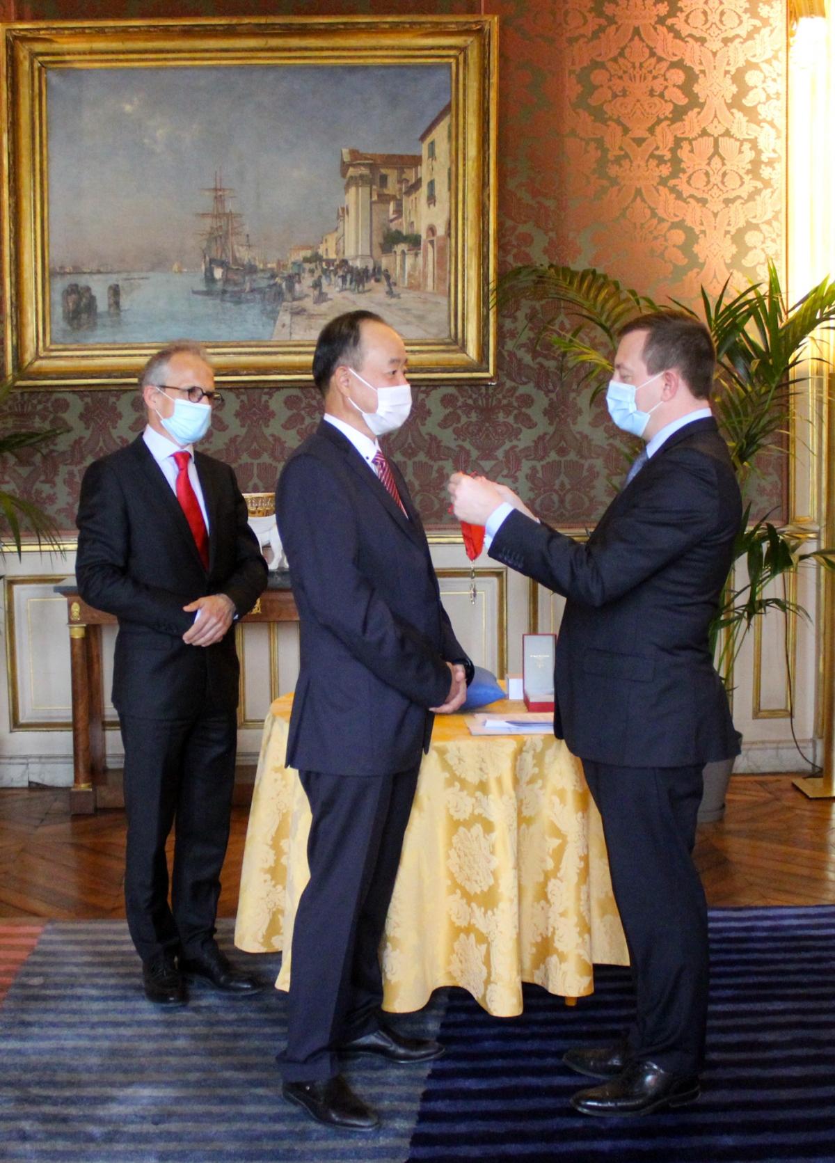 Đại sứ Việt Nam tại Pháp Nguyễn Thiệp nhận Huân chương Bắc đẩu Bội tinh.