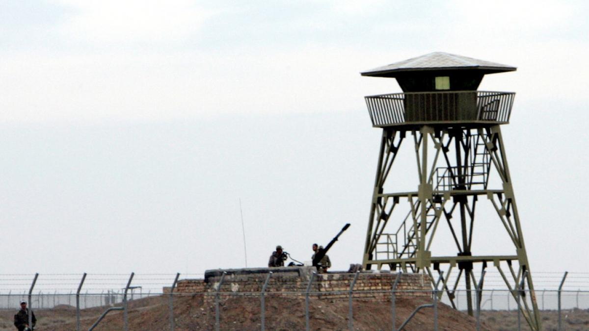 Binh lính Iran canh gác cơ sở làm giàu uranium Natanz. Ảnh: Reuters