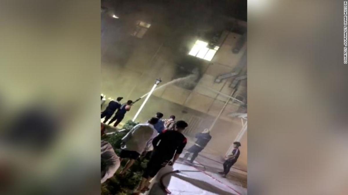 Hiện trường vụ cháy bệnh viện điều trị Covid-19 ở Baghdad, Iraq. Ảnh: CNN