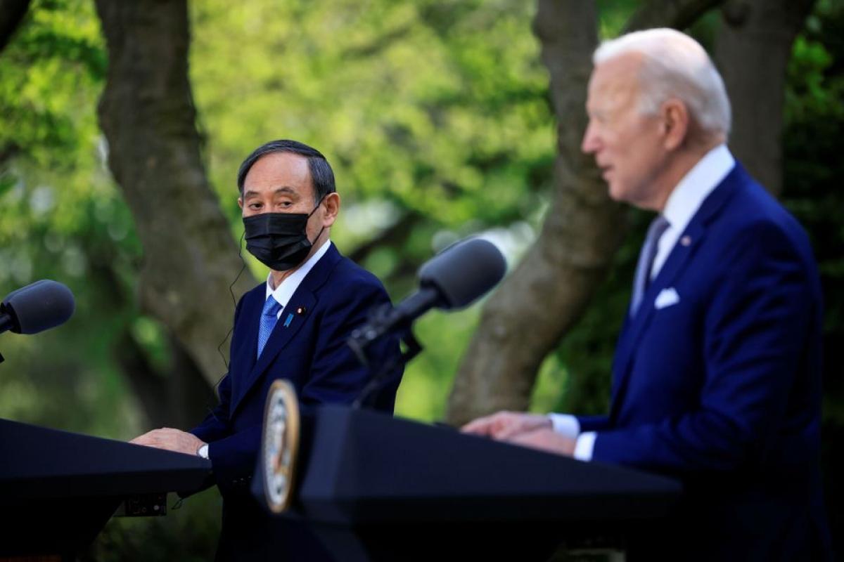 Thủ tướng Nhật Bản Yoshihide Suga và Tổng thống Joe Biden họp báo chung tại Vườn Hồng, Nhà Trắng ở Washington ngày 16/4. Ảnh: Reuters