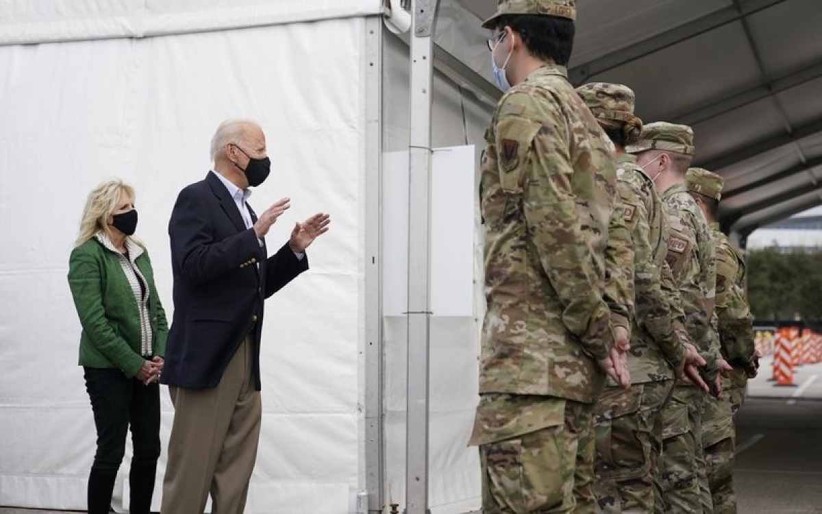 Vợ chồng Tổng thống Biden đeo khẩu trang ngừa Covid-19. Ảnh: AP.
