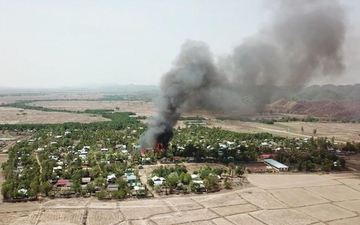 Một ngọn lửa bốc cháy tại một ngôi làng của người Rakhine ở bang Rakhine, Myanmar. Ảnh: Quân đội Myanmar.