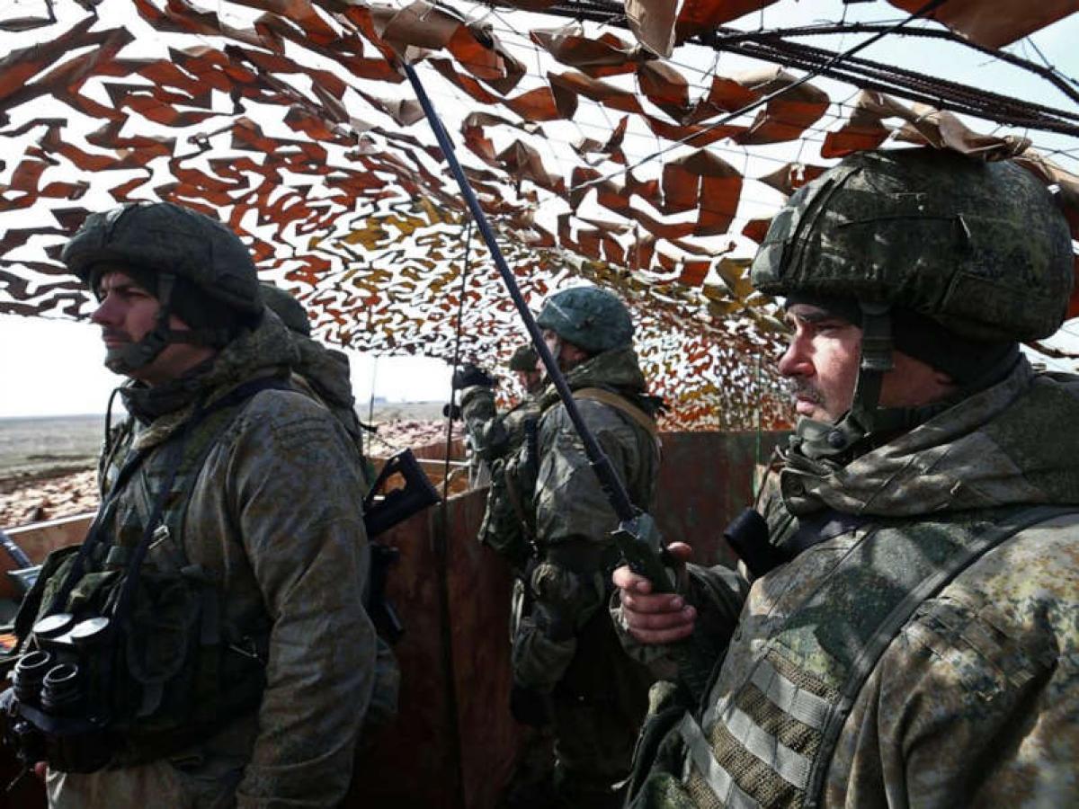 Lực lượng quân đội Nga tại một điểm chỉ huy trong cuộc tập trận ở khu vực Opuk trên Bán đảo Crimea ngày 19/3/2021. Ảnh: Tass