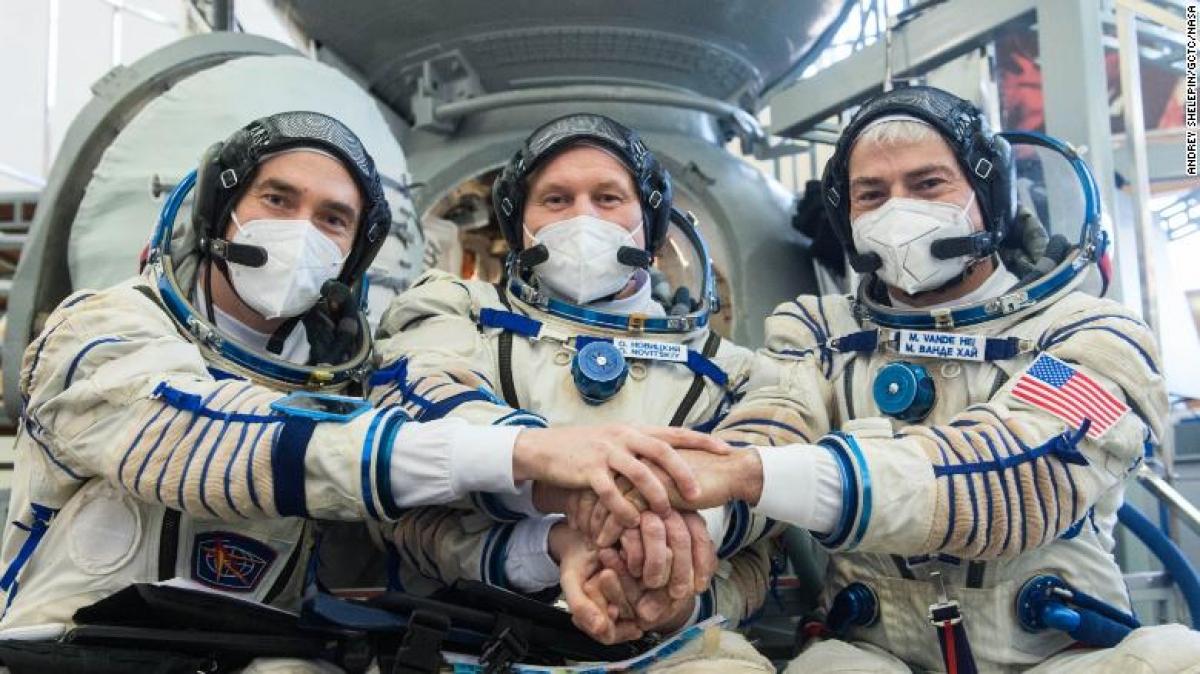 (Từ trái qua phải) Phi hành gia người Nga Pyotr Dubrov của Roscosmos, phi hành gia người Nga Oleg Novitskiy của Roscosmos và phi hành gia người Mỹ Mark Vande Hei của NASA. Ảnh: CNN