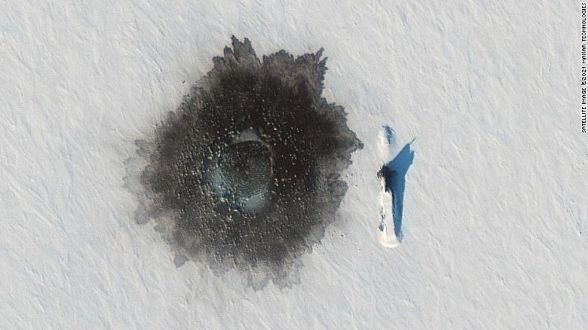 Tàu ngầm Delta IV của Nga ở Đảo Alexandra ngày 27/3. Ảnh: Maxar Technologies