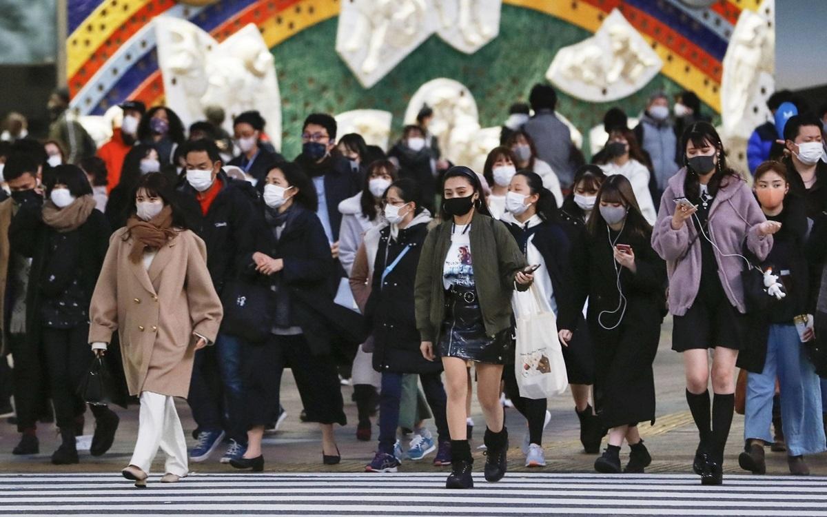 Người Nhật Bản đeo khẩu trang thời Covid-19. Ảnh: Japan Times.