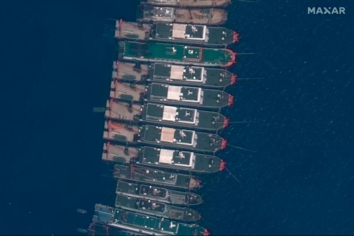 Hình ảnh vệ tinh cho thấy các tàu Trung Quốc đang neo đậu ở Đá Ba Đầu (thuộc cụm đảo Sinh Tồn ở quần đảo Trường Sa, thuộc chủ quyền của Việt Nam). Ảnh: AP