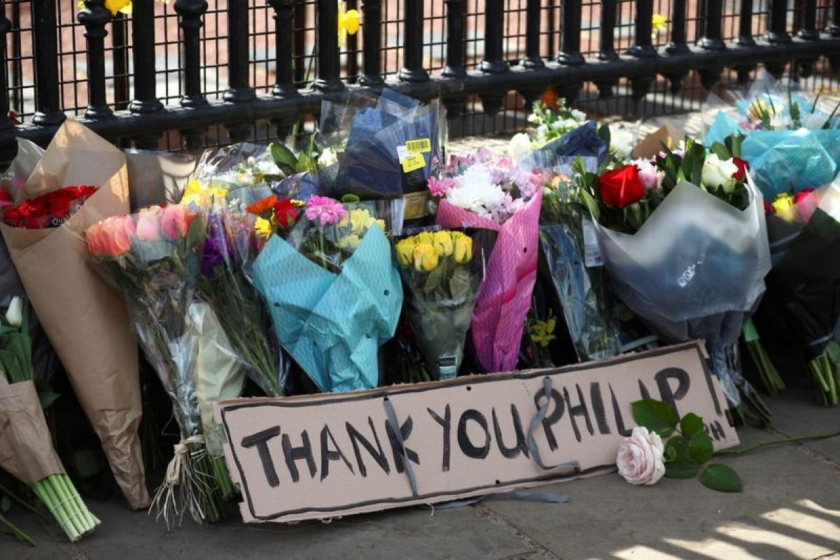 Những bó hoa được đặt bên ngoài Cung điện Buckingham để tưởng nhớ Hoàng thân Philip ngày 9/4/2021. Ảnh: Reuters