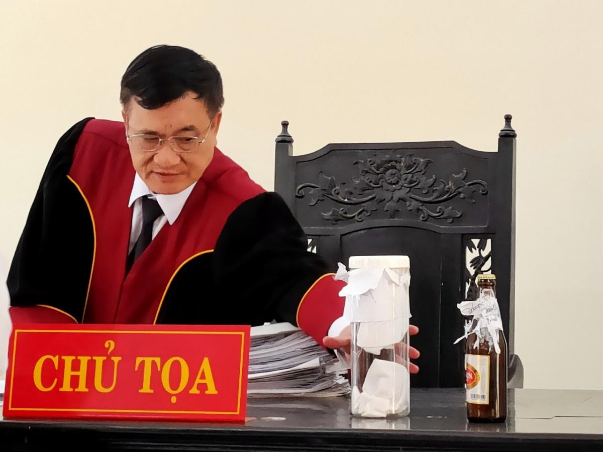 HĐXX quyết định tạm dừng phiên tòa để phải thu thập thêm tài liệu, chứng cứ để xác định chai bia (vật chứng của vụ án) có phải của Sabeco hay không.