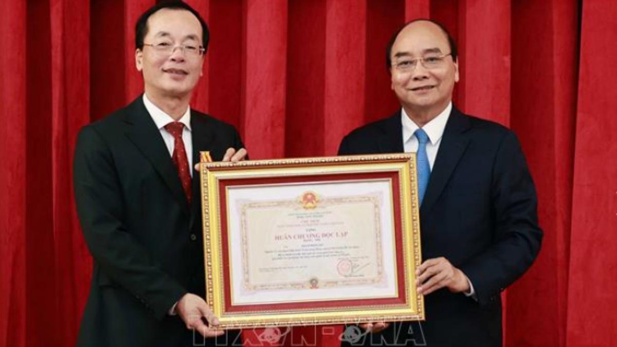 Chủ tịch nước Nguyễn Xuân Phúc đã trao Huân Chương Độc lập hạng Nhì cho nguyên Ủy viên Trung ương Đảng, nguyên Bộ trưởng Bộ Xây dựng Phạm Hồng Hà. Ảnh: TTXVN