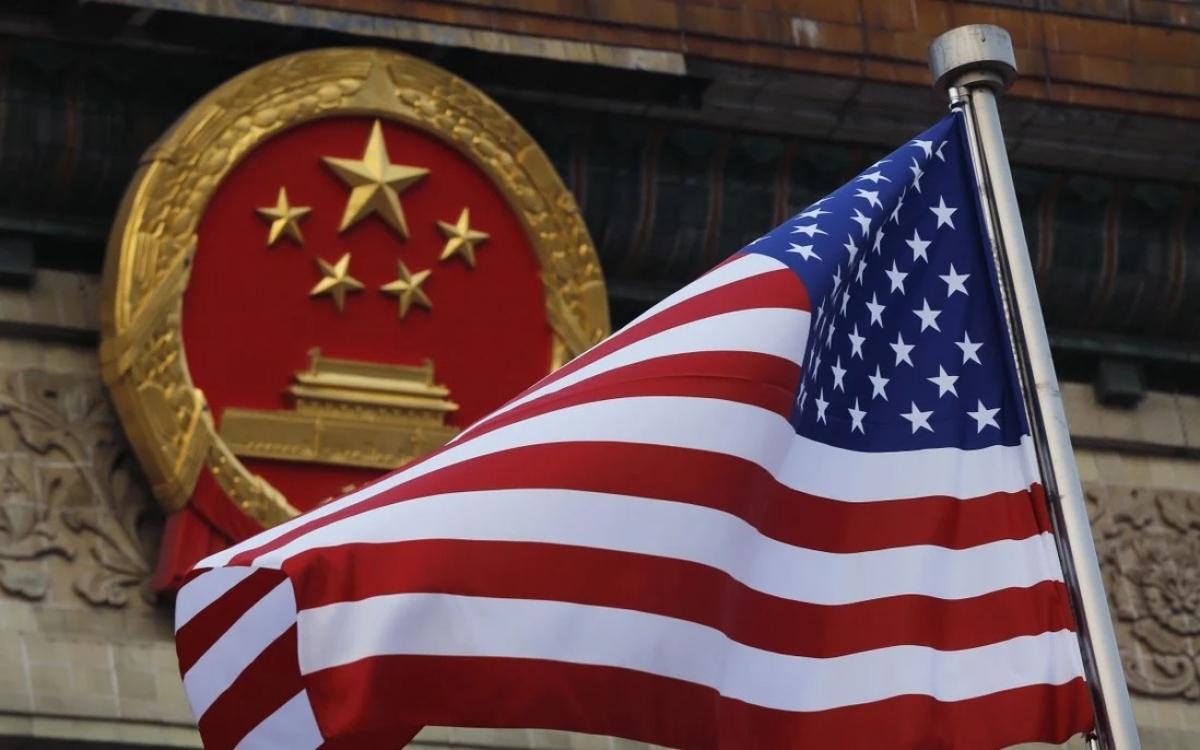 Quốc huy Trung Quốc và quốc kỳ Mỹ. Ảnh: AP.