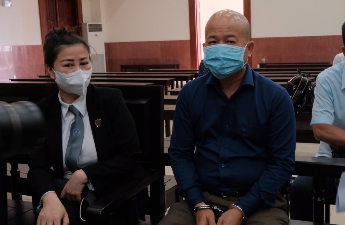 Bị cáo Đinh Ngọc Hệ và luật sư bào chữa tại phòng xét xử của TAND Cấp cao tại TPHCM trong phiên xử trước đó (22/3).