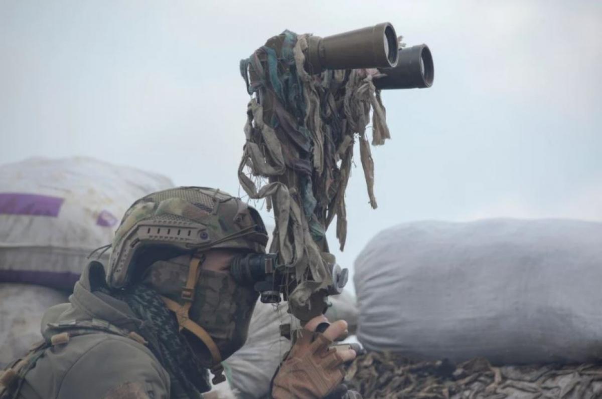 Một quân nhân thuộc lực lượng vũ trang của Ukraine đang quan sát vị trí ở khu vực Donetsk, Ukraine. Ảnh: Reuters