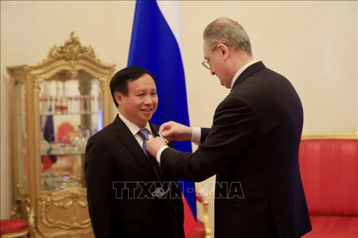 Deputy Minister of Foreign Affairs of Russia Igor Morgulov confers the Order of Friendship on Ambassador Ngo Duc Manh. (Photo: VNA)