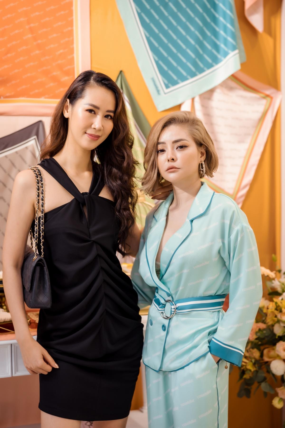 """Cô và NTK Nguyễn Thu Yến khá thân thiết với nhau. Cả hai liên tục trò chuyện và """"đọ sắc"""" chung trong một khung hình."""