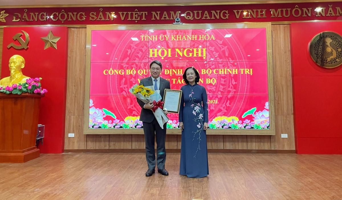 Uỷ viên Bộ Chính trị, Bí thư Trung ương Đảng, Trưởng Ban Tổ chức Trung ương Trương Thị Mai trao quyết định của Bộ Chính trị cho ông Nguyễn Hải Ninh.