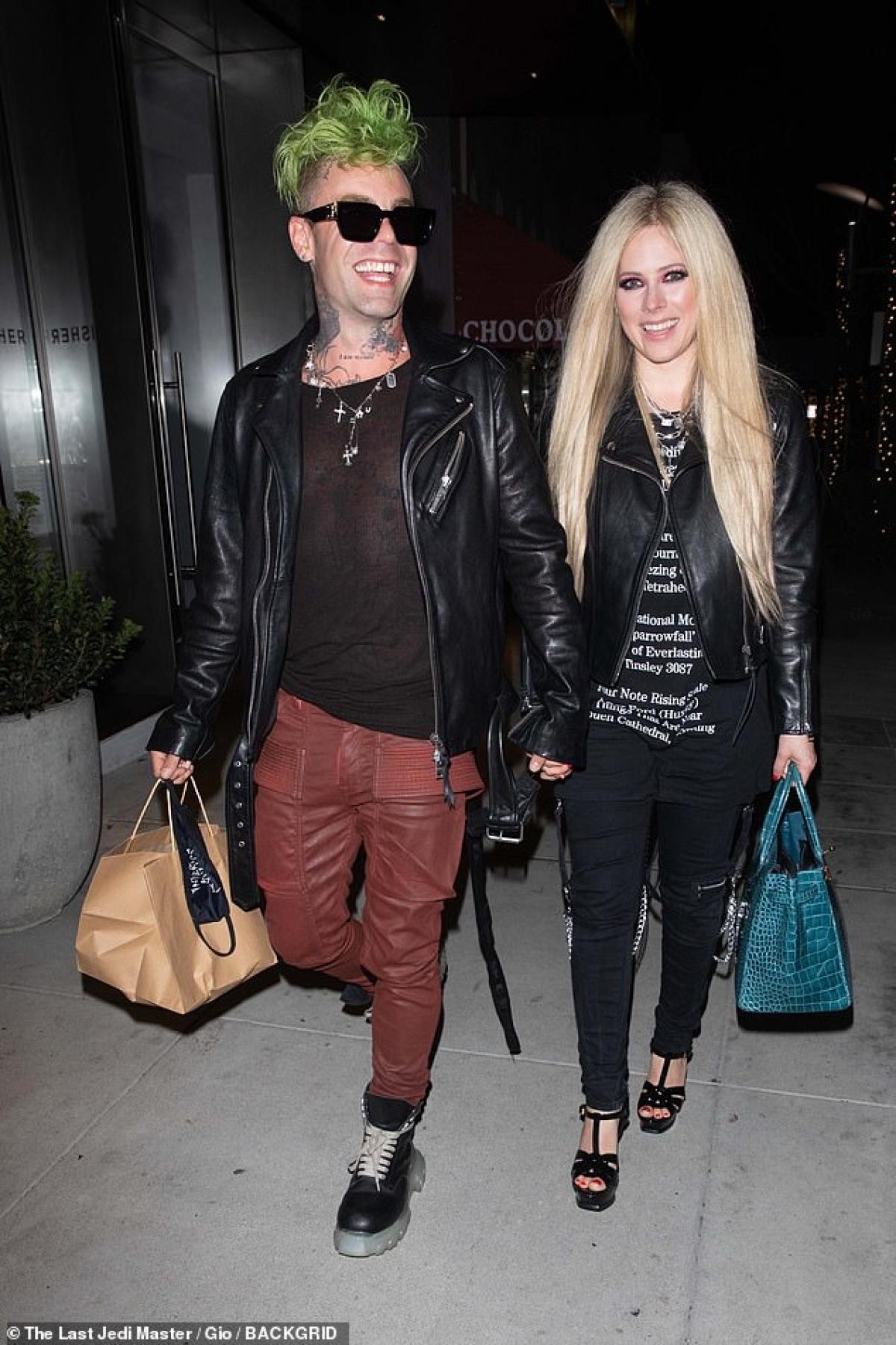 Avril Lavigne và bạn trai Mod Sun tình tứ đi chơi đêm ở Los Angeles hôm 16/4.