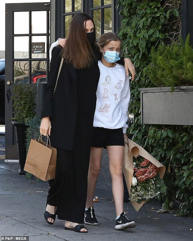 Angelina Jolie và con gái Vivienne bị cánh săn ảnh bắt gặp khi đang đi mua hoa ở Los Angeles hôm 16/4.