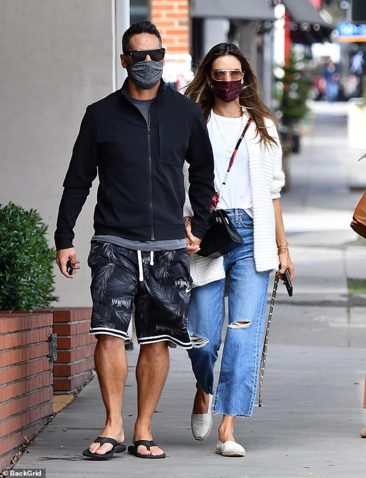 Ngày 21/4, Alessandra Ambrosio và bạn trai Richard Lee đi ăn trưa ở Mỹ.