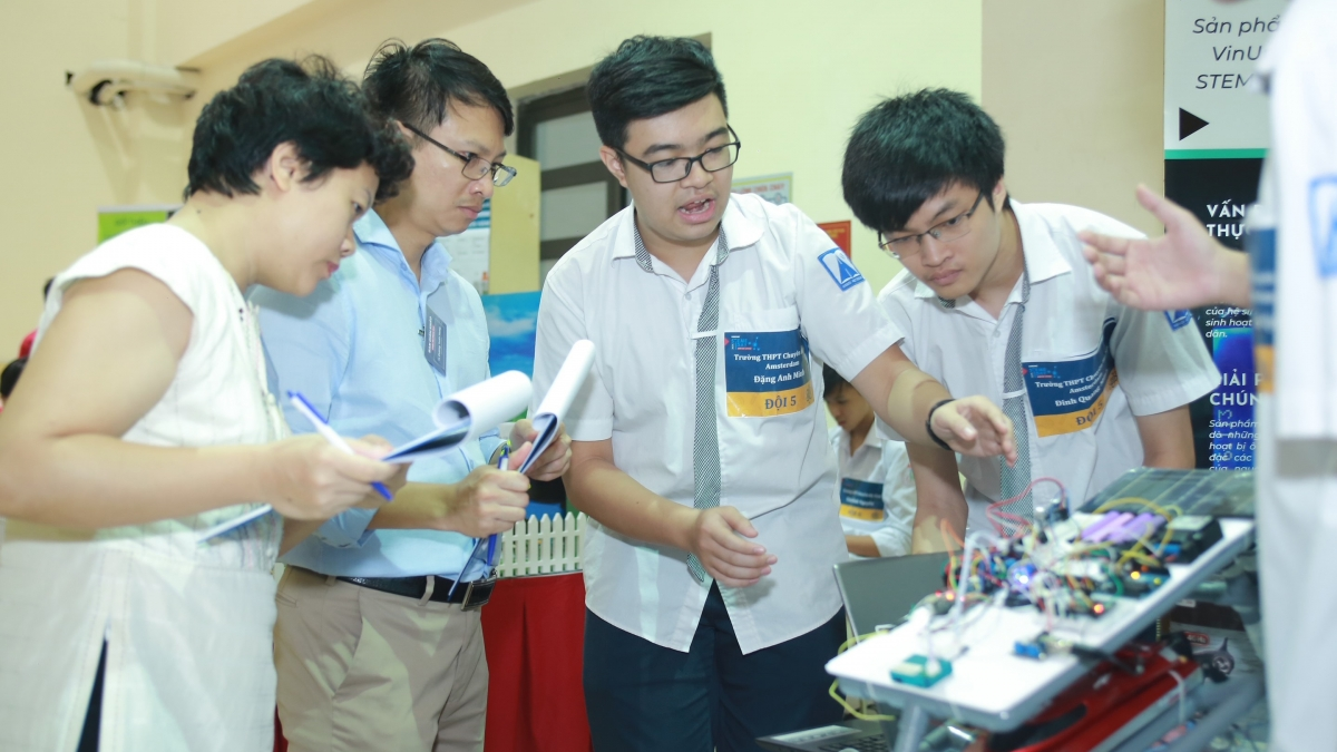 Sau khóa học, các em học sinh sẽ có cơ hội tham dự các cuộc thi, các sân chơi lớn về robot ở tầm quốc gia, quốc tế như sự kiện ngày hội STEM Day được tổ chức hàng năm tại VinUni.