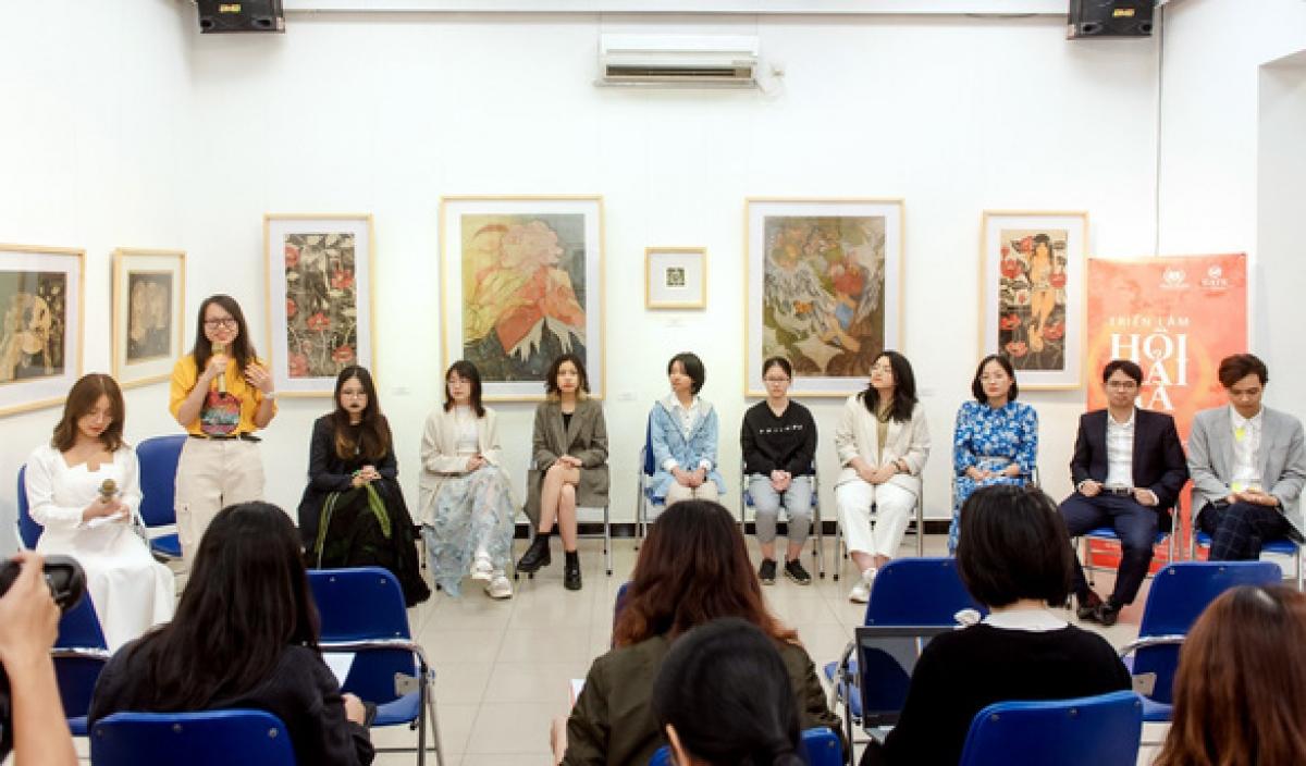 Nhóm tác giả chia sẻ với khán giả về quá trình sáng tác tranh trong lễ khai mạc triển lãm - Ảnh: B.C