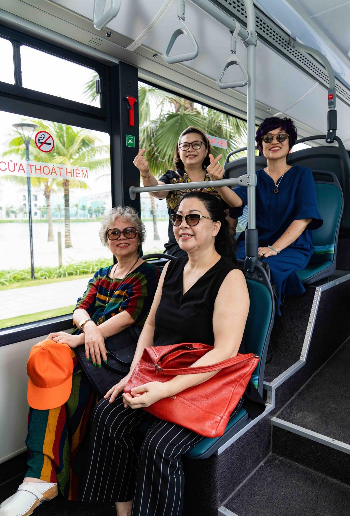 Các hành khách lớn tuổi đặc biệt thích thú với các tính năng thông minh và thân thiện của xe buýt điện VinBus