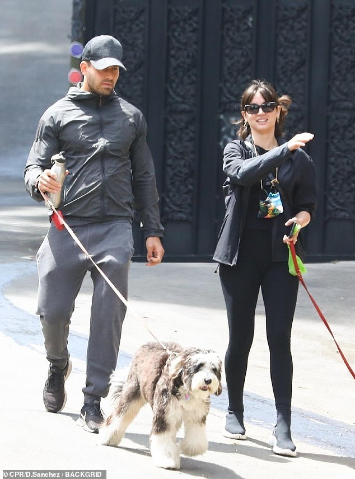 Ana de Armas bị cánh săn ảnh bắt gặp khi đang đi dạo phố cùng một người đàn ông lạ mặt ở Los Angeles ngày 13/4, theo giờ địa phương.