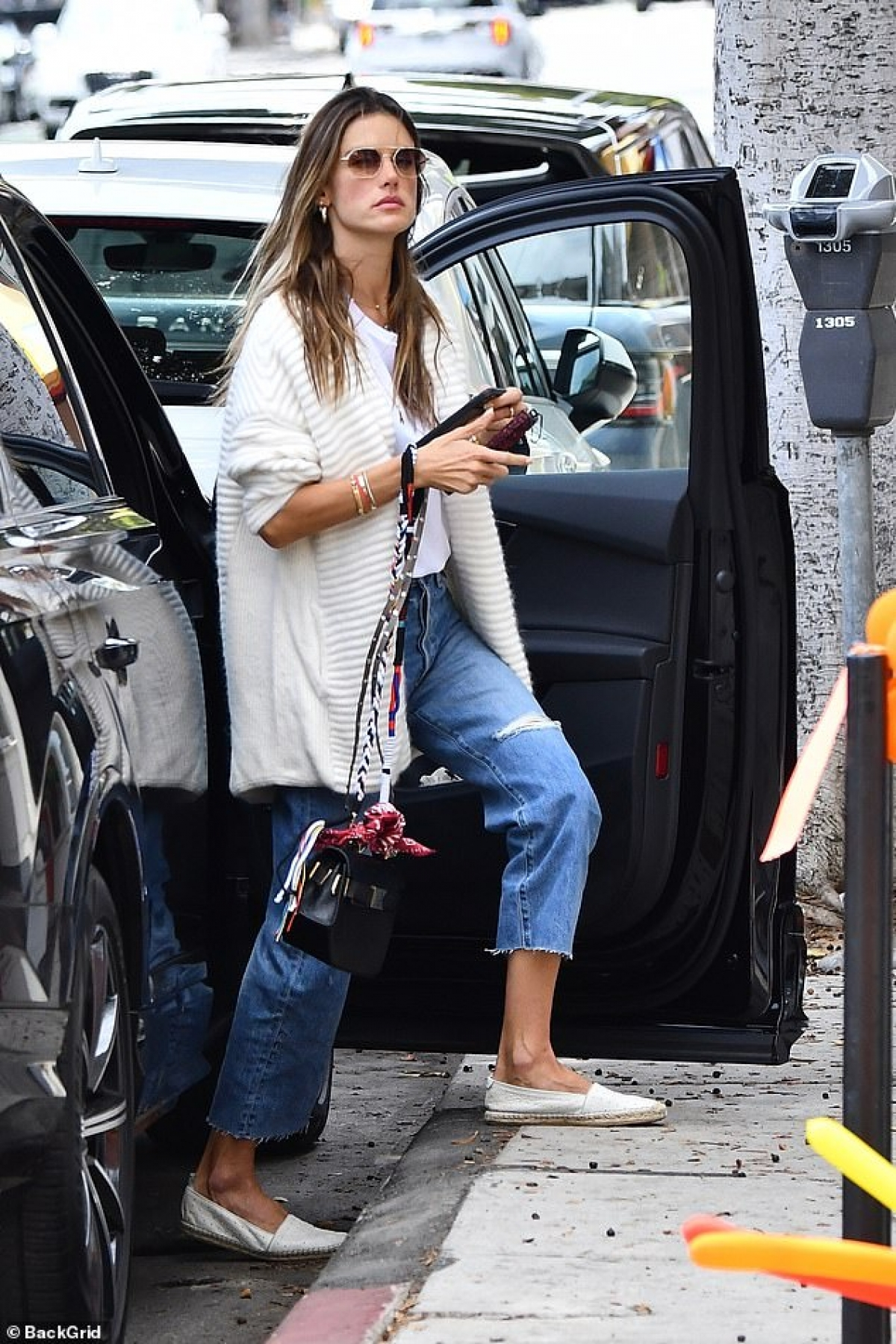 Người đẹp trang điểm nhẹ nhàng, mặc đồ giản dị ra phố.