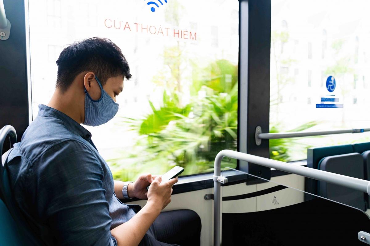 Xe buýt điện của VinBus chinh phục các hành khách trẻ tuổi nhờ hệ thống wifi miễn phí và cổng sạc USB cường độ 1A được bố trí tại mỗi hàng ghế.