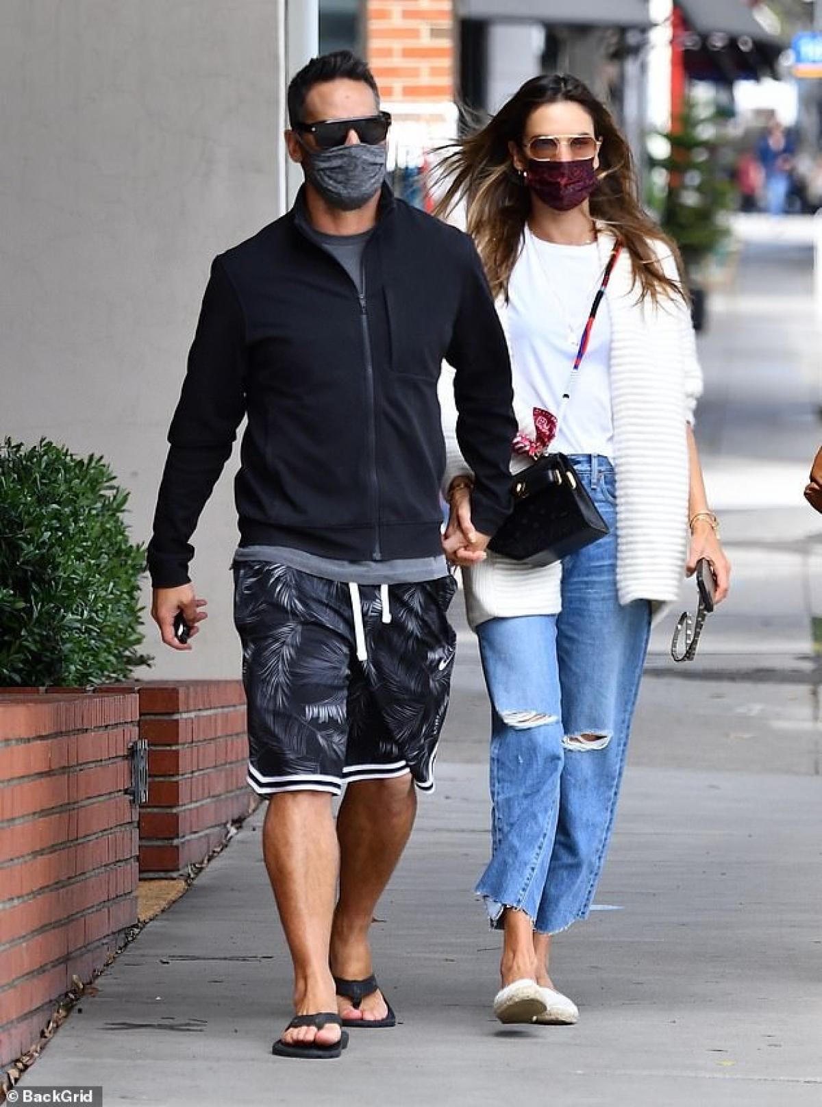 Cặp đôi nắm tay nhau tình cảm sải bước trên phố.
