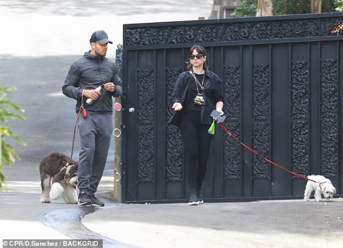 Cả hai mặc đồ đồng điệu, cùng nhau dắt thú cưng đi dạo.