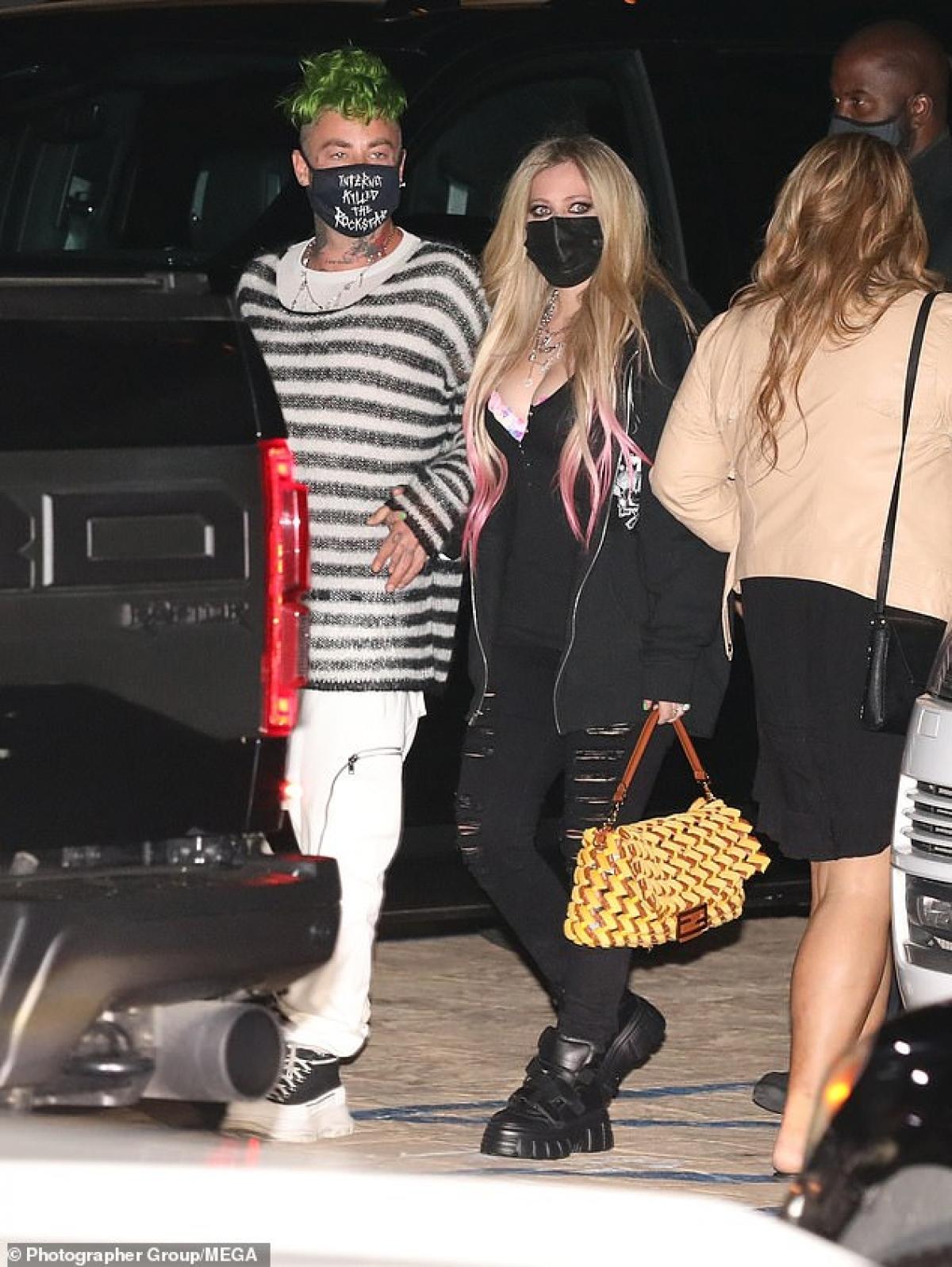 Bạn trai Avril Lavigne nhuộm tóc xanh nổi bật và vô cùng ấn tượng.