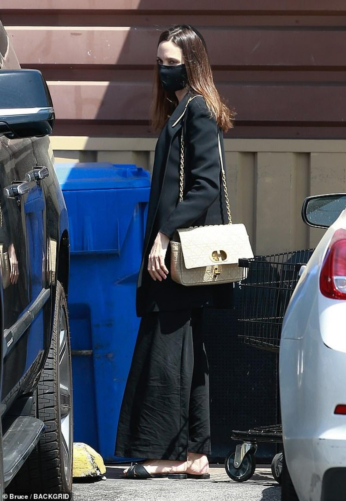 Tuy nhiên, điều đáng nói là, thái độ của cô né tránh mọi ống kính trong thời điểm Brad Pitt vừa lộ loạt hình ảnh phải ngồi xe lăn trong bệnh viện.