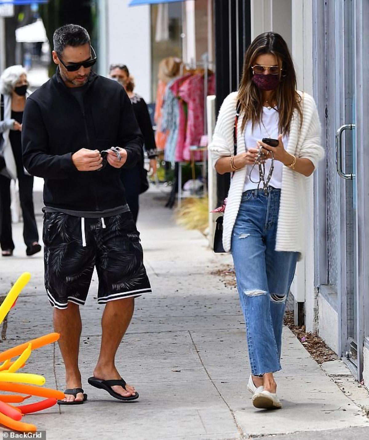Alessandra Ambrosio đang hạnh phúc bên tình yêu mới.