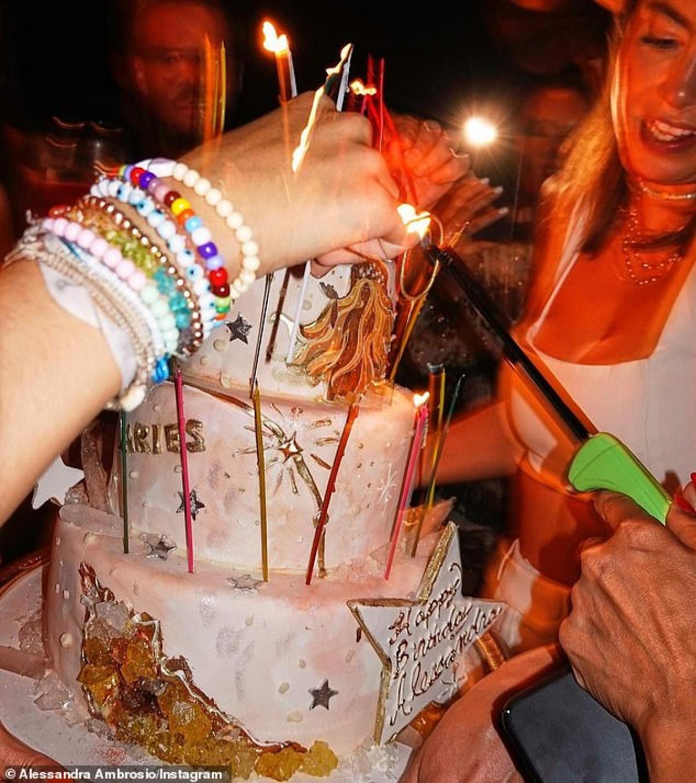 Alessandra Ambrosio cắt bánh kem trong ngày sinh nhật.