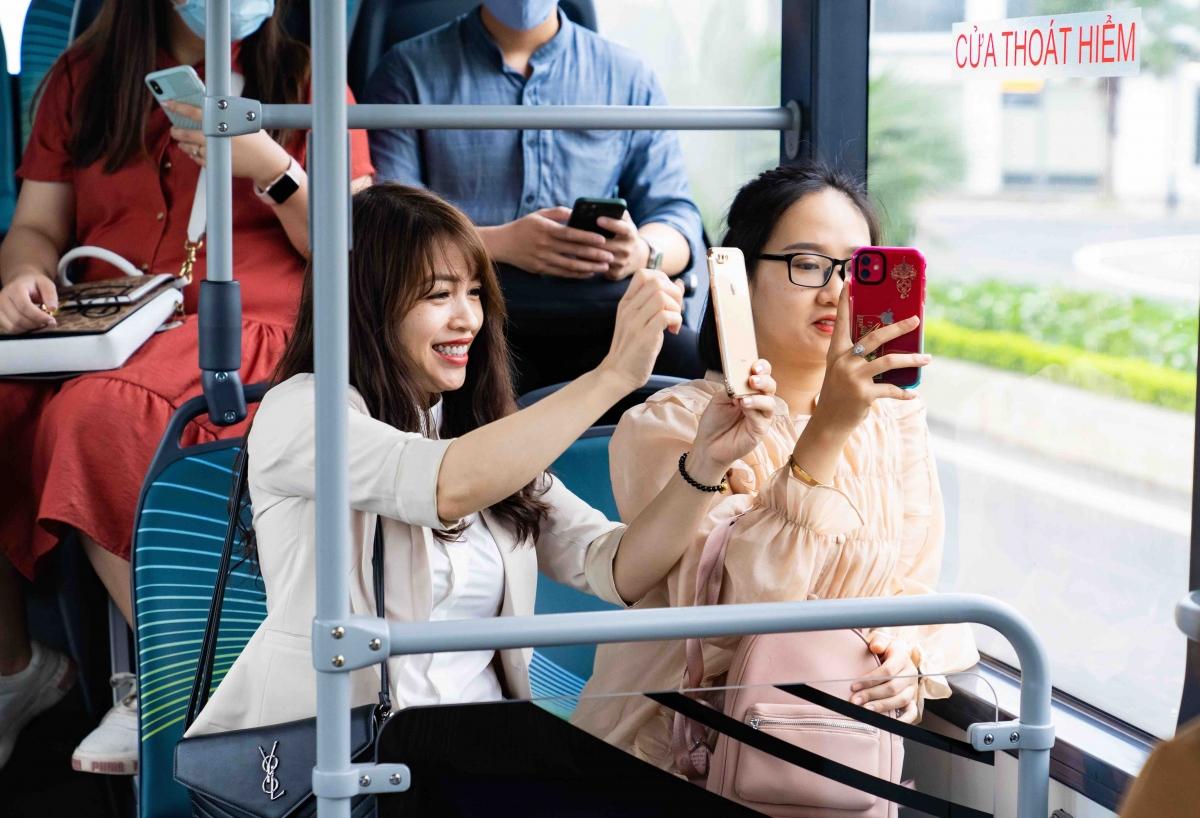 """Xe buýt điện VinBus """"ghi điểm"""" mạnh với các hành khách nữ."""