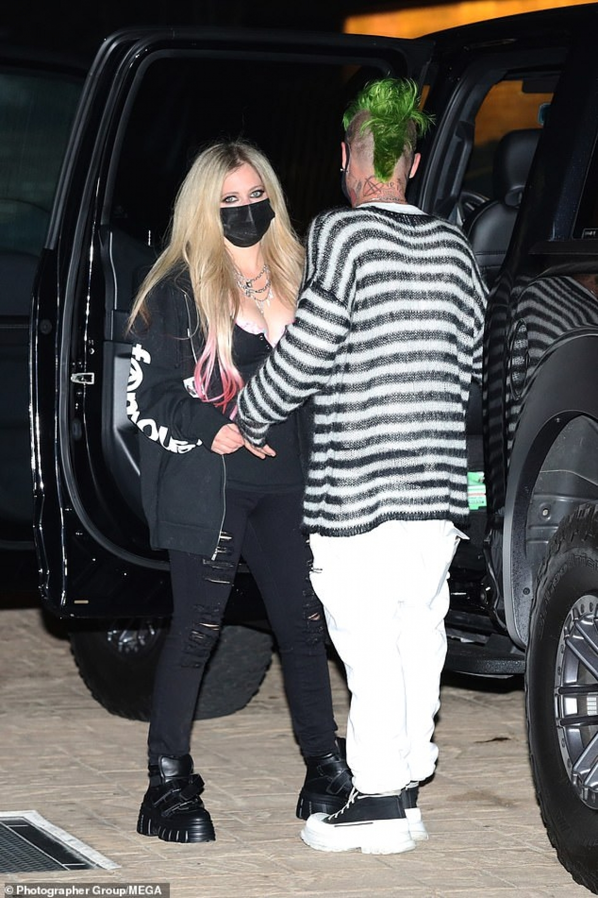 """Được biết, Avril Lavigne và Mod Sun quen nhau khi cộng tác trong ca khúc mới mang tên """"Flames""""."""