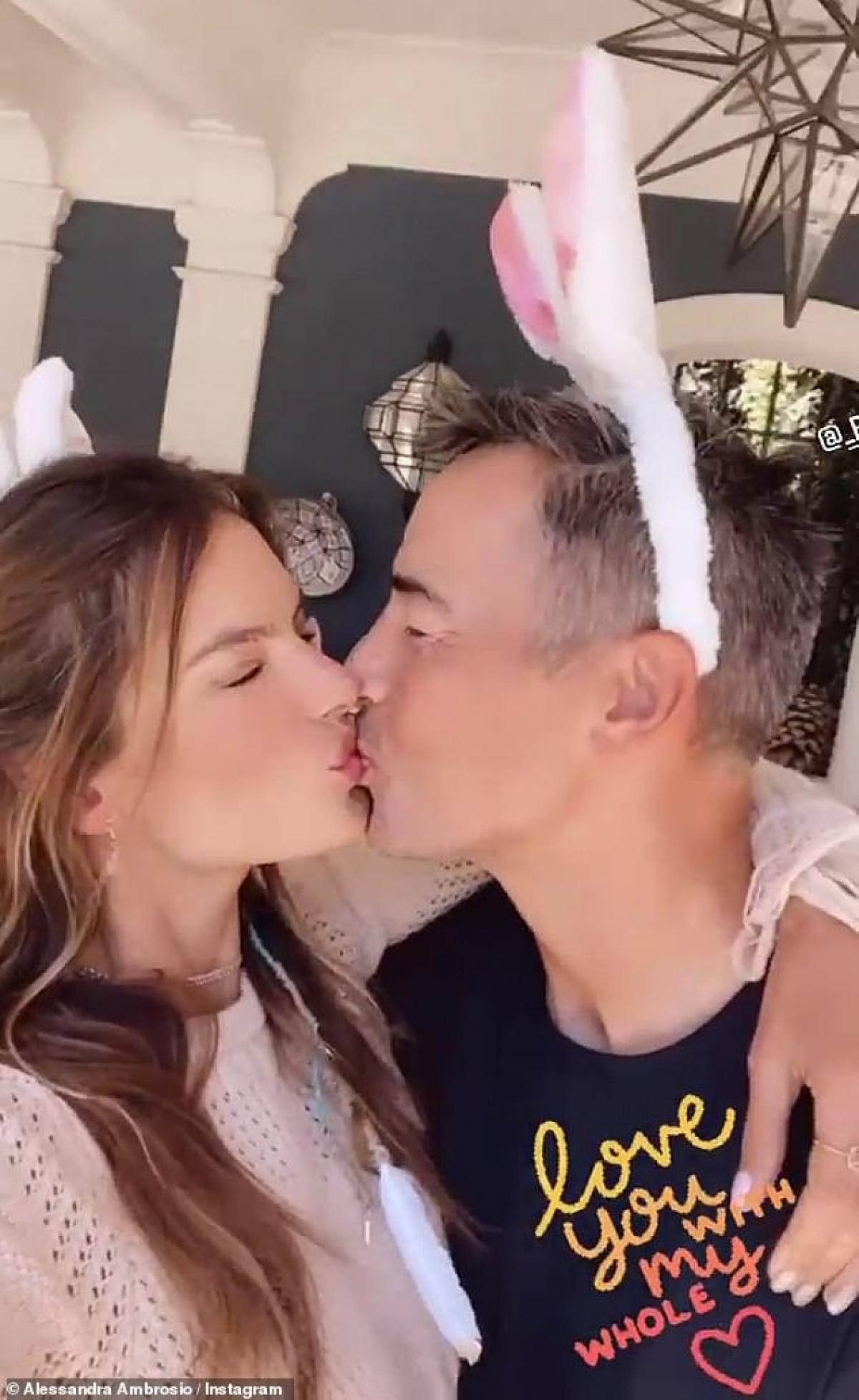 Nhân dịp lễ phục sinh trước đó, Alessandra Ambrosio cũng chia sẻ loạt khoảnh khắc ngọt ngào bên tình yêu mới - Richard Lee trên trang Instagram cá nhân.
