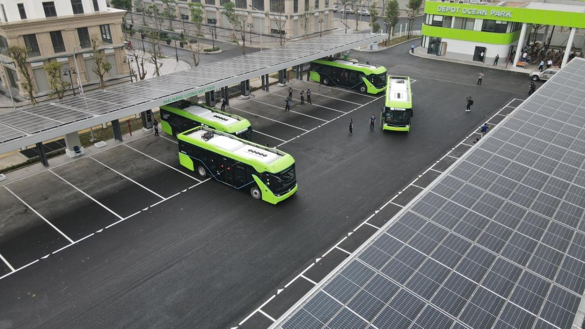 Không chạy bằng xăng dầu, xe buýt điện sẽ xóa tan nỗi ám ảnh về khói bụi ô nhiễm mà loại phương tiện này gây ra. Bên cạnh đó, trạm Depot của VinBus còn được vận hành bằng năng lượng sạch nhờ các tấm pin mặt trời bố trí trên mái che.