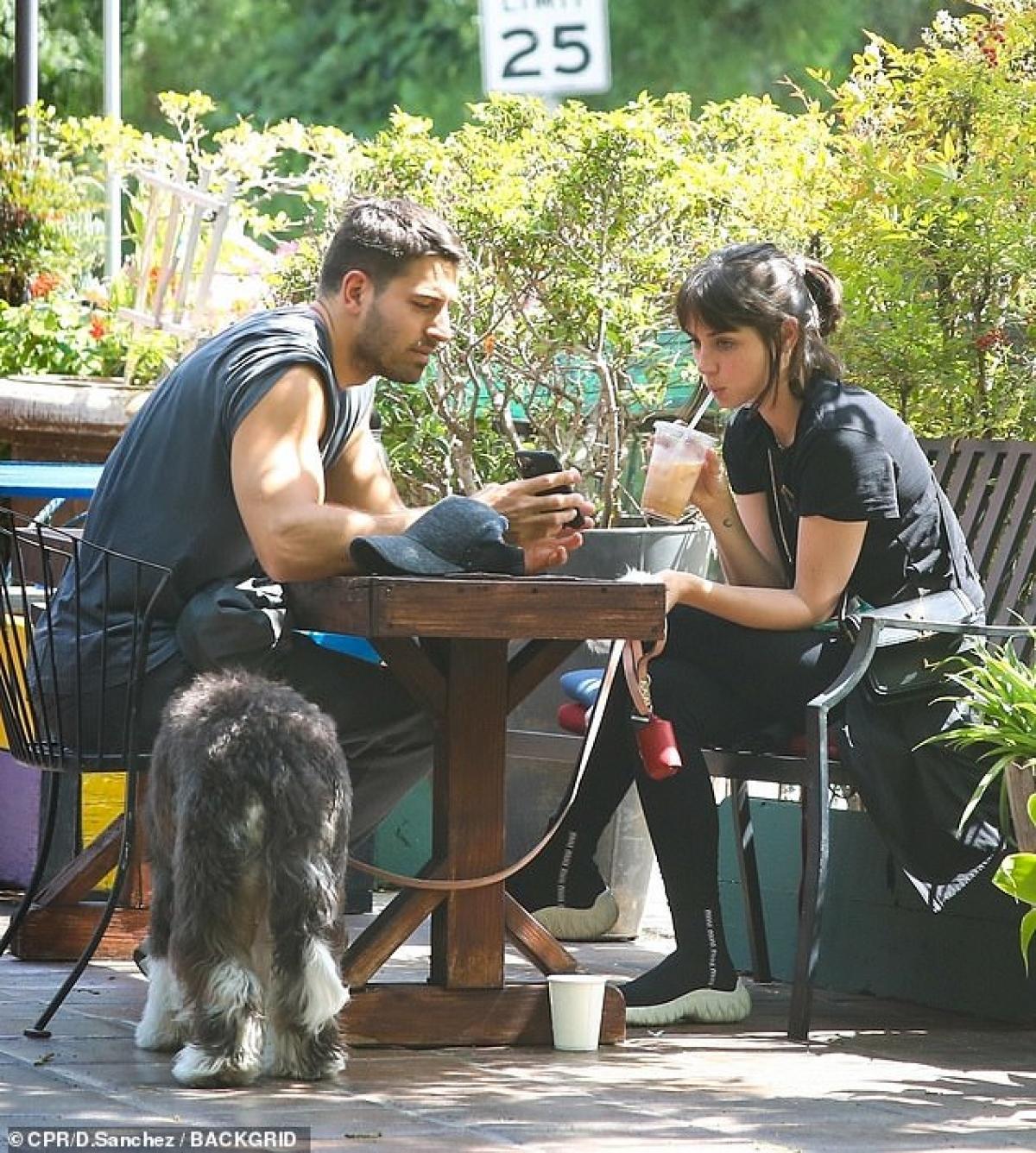 Sau đó, cả hai cùng ghé vào quán cafe thưởng thức đồ uống.