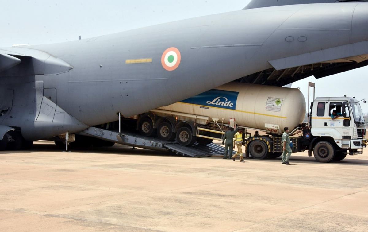 Các bồn chứa oxy rỗng được các máy bay vận tải C-17 và IL-76 của Không quân Ấn Độ vận chuyển về các nhà máy sản xuất. (Ảnh: ANI)