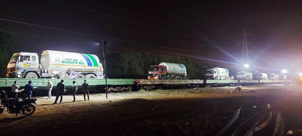 Một đoàn tàu hàng vận chuyển các xe chứa oxy lỏng từ thành phố Visakhapatnam, bang Andhra Pradesh tới bang Maharashtra- vùng dịch Covid-19 lớn nhất của Ấn Độ. (Ảnh: ANI)