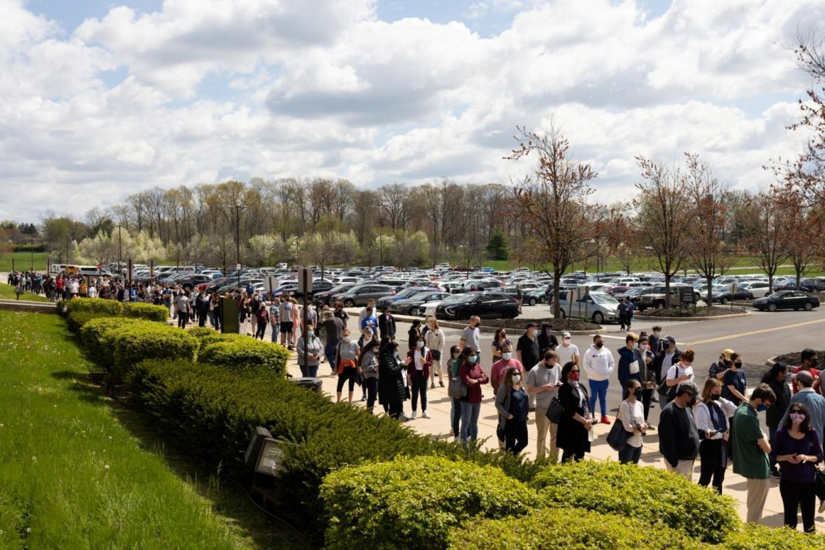 Những dân chờ tiêm vaccine Covid-19 tại một phòng khám ở Lansdale, bang Pennsylvania (Mỹ) vào ngày 18/4. Ảnh: Reuters