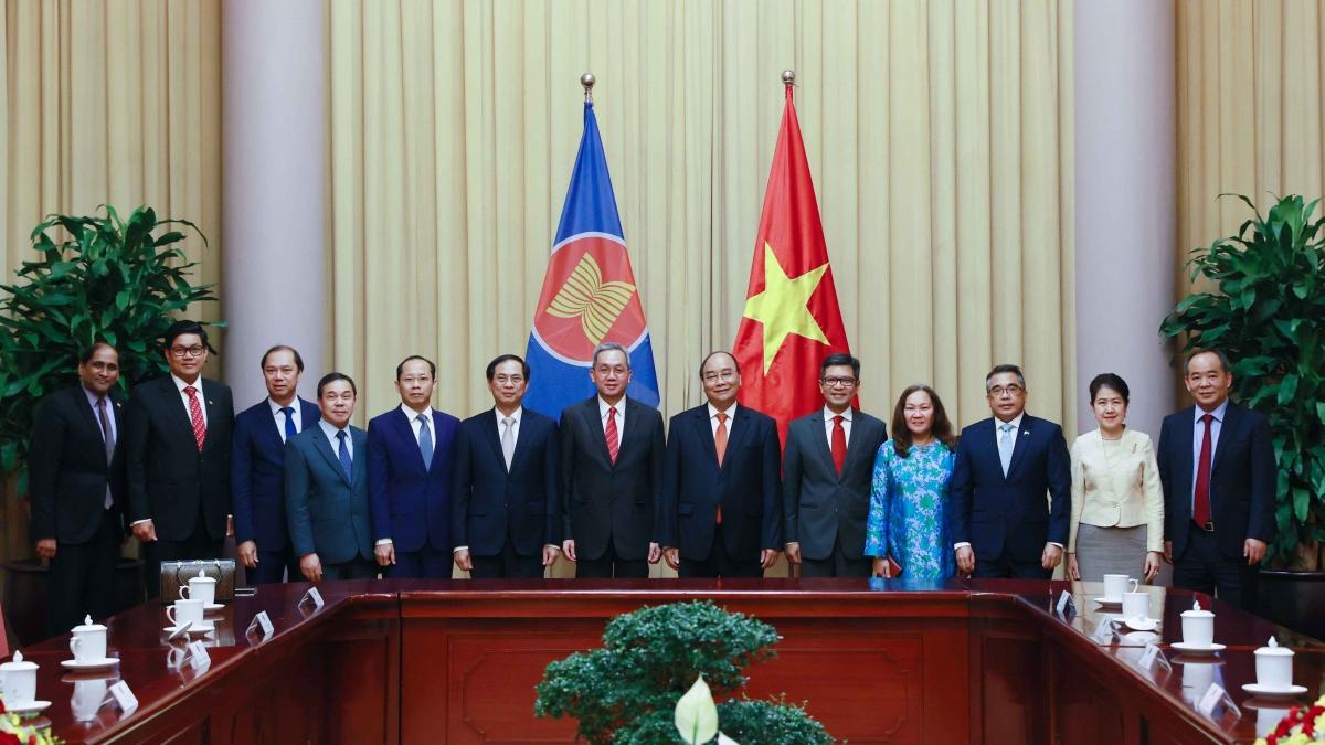 Chủ tịch nước chụp ảnh lưu niệm cùng các Đại sứ, Đại biện ASEAN
