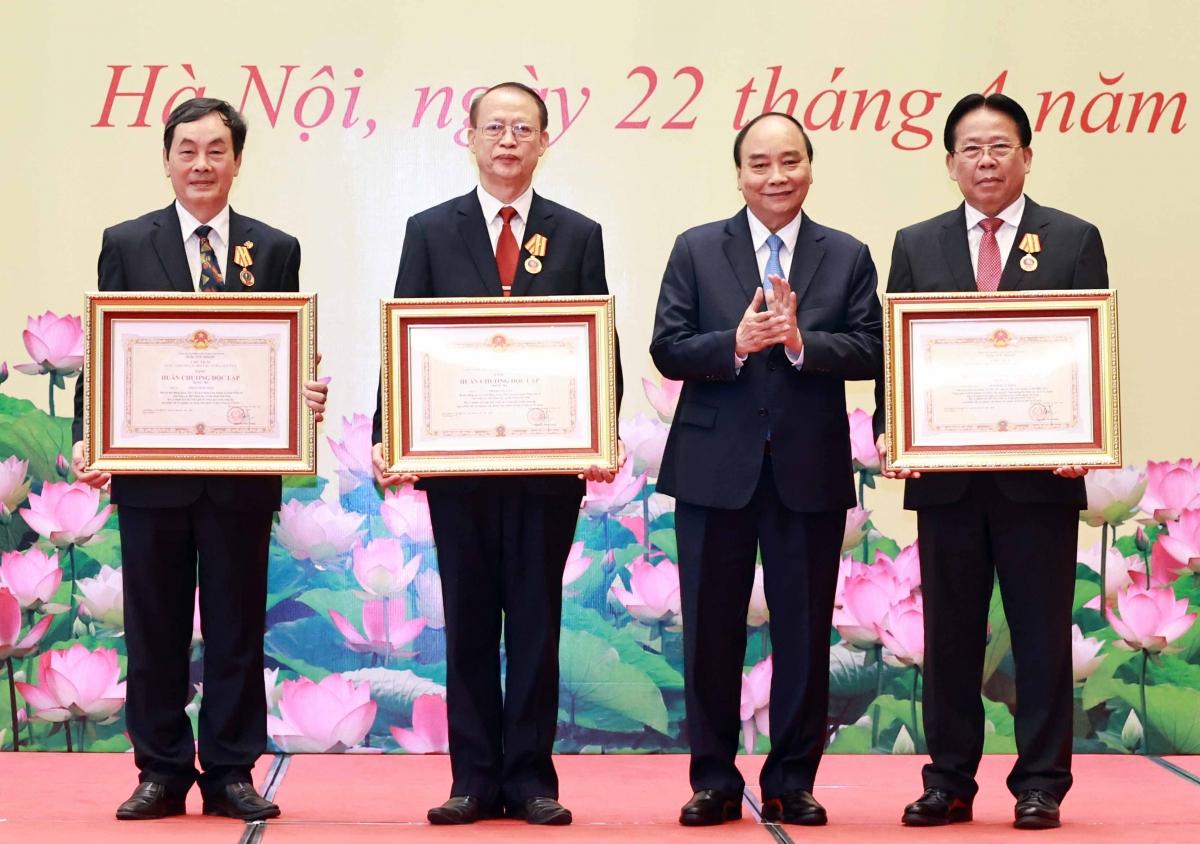 Chủ tịch nước trao Huân chương Độc lập hạng Ba cho các nhà khoa học