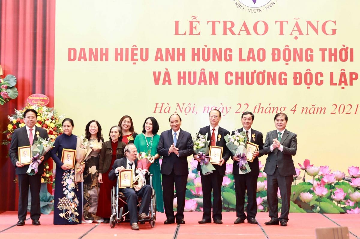 Chủ tịch nước Nguyễn Xuân Phúc chụp ảnh cùng các nhà khoa học