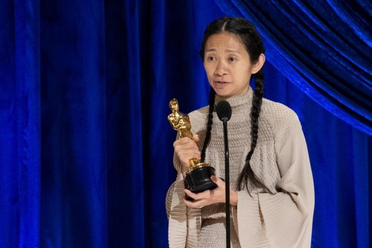 """Phải mất 93 năm, Viện Hàn lâm mới chọn một người phụ nữ châu Á cho danh hiệu """"Đạo diễn xuất sắc nhất""""."""