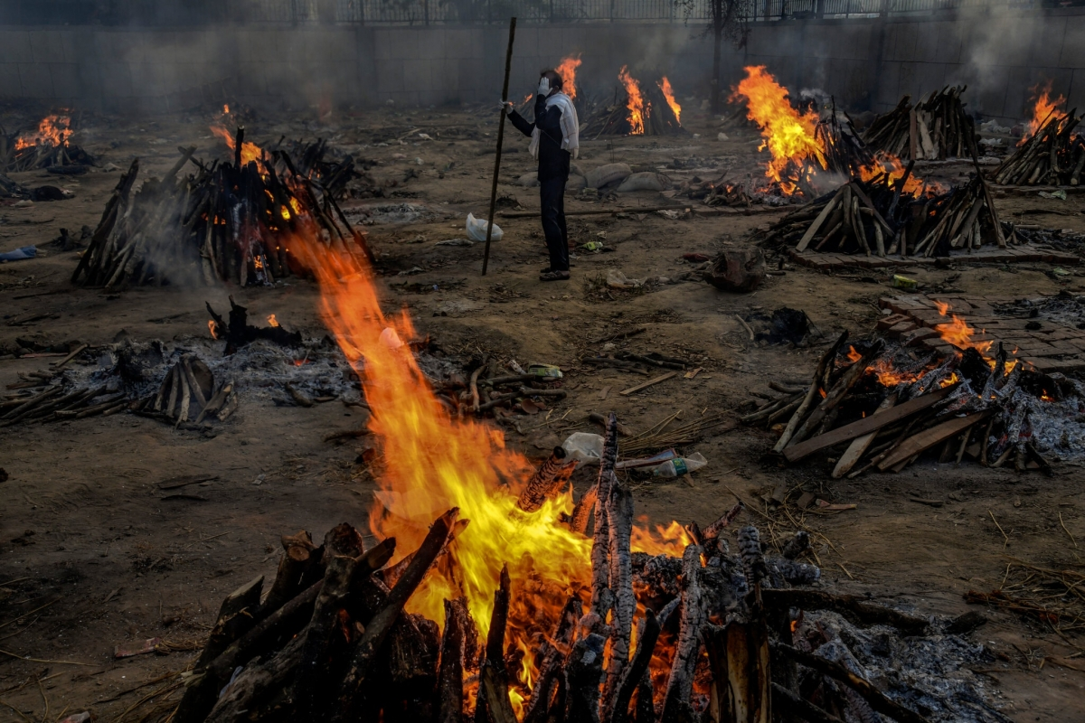 Một khu vực hỏa táng những nạn nhân tử vong vì Covid-19 ở New Delhi, ngày 23/4. Ảnh: New York Times