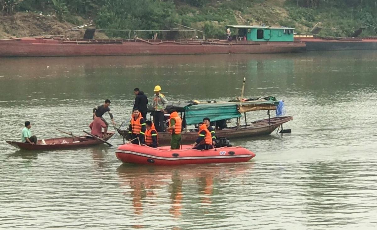 Lực lượng chức năng nỗ lực tìm kiếm tung tích nạn nhân.